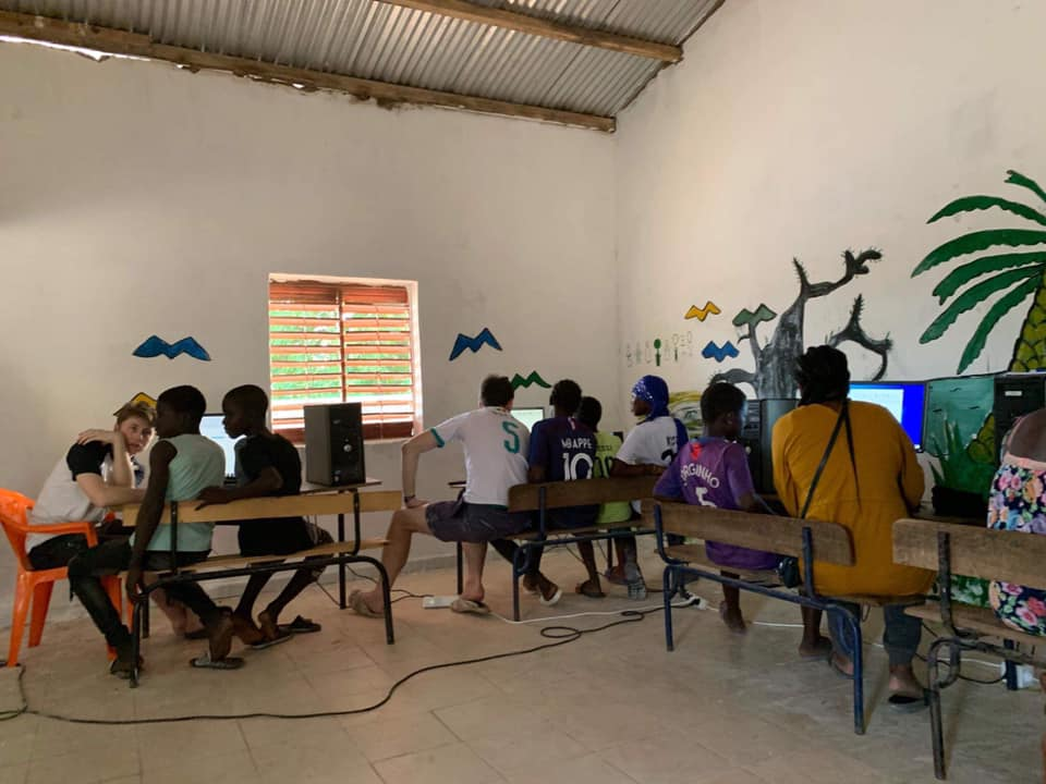 L'équipe du convoi au Sénégal en train d'installer les ordinateurs